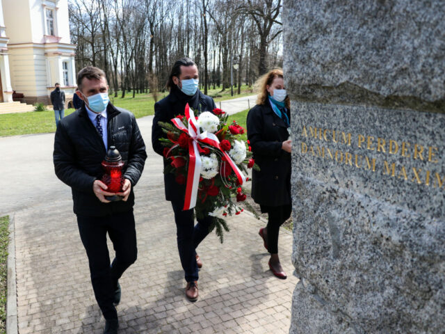 Na zdjęciach znajduje się delegacja PWSW: Rektor - dr Paweł Trefler, Prorektor - dr Robert Oliwa oraz Rzecznik Prasowy PWSW - Ewelina Kasperska, wręczająca kwiaty oraz znicze, pod pomnikiem na terenie Parku Lubomirskich