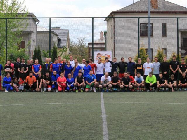 na zdjęciu drużyny biorące udział w meczu