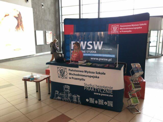 Na zdjęciu punkt rekrutacyjny PWSW w Galerii Sanowa