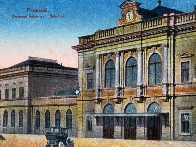 Widokówka z obiegu, a na niej przemyski dworzec kolejowy
