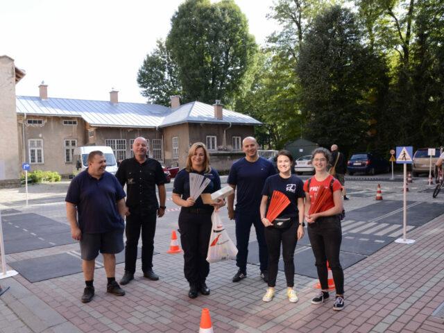 Na zdjęciu studentki PWSW w Przemyślu oraz przedstawiciele Policji