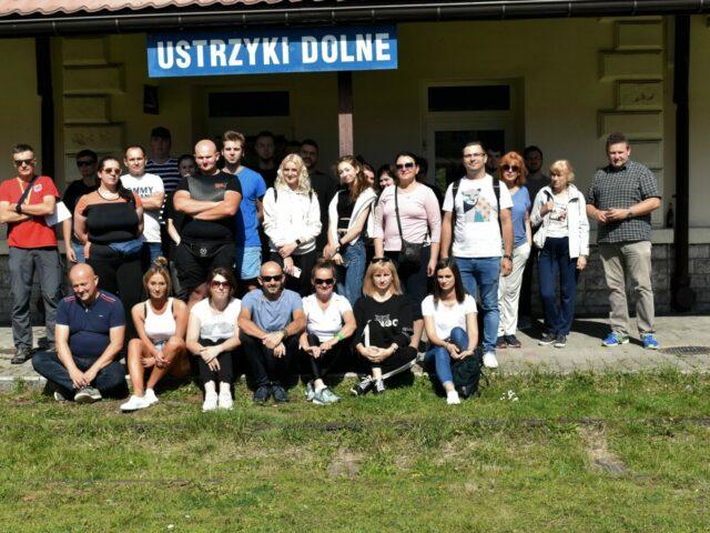 Studenci i wykładowcy PWSW na na dworcu kolejowym w Ustrzykach Dolnych podczas wycieczki turystyczno-krajoznawcza śladami dawnej galicyjskiej linii kolejowej z Przemyśla do Budapesztu