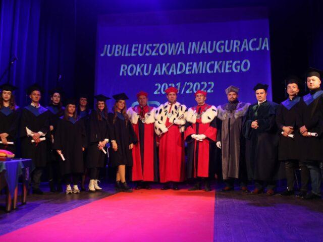 Zdjęcie grupowe na scenie Sali Widowiskowej Zamku Kazimierzowskiego podczas inauguracji roku akademickiego 2021/2022